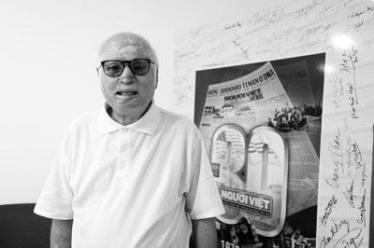 Nhà báo Trần Quang Thành với gương mặt bị trả thù bằng acid do những bài viết chống tham nhũng và tệ nạn xã hội tại Việt Nam từ 20 năm trước. (Hình: Dân Huỳnh/Người Việt)